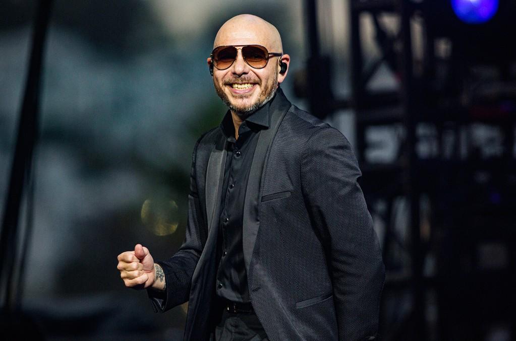 Pitbull predstavuje hymnu zo strechy