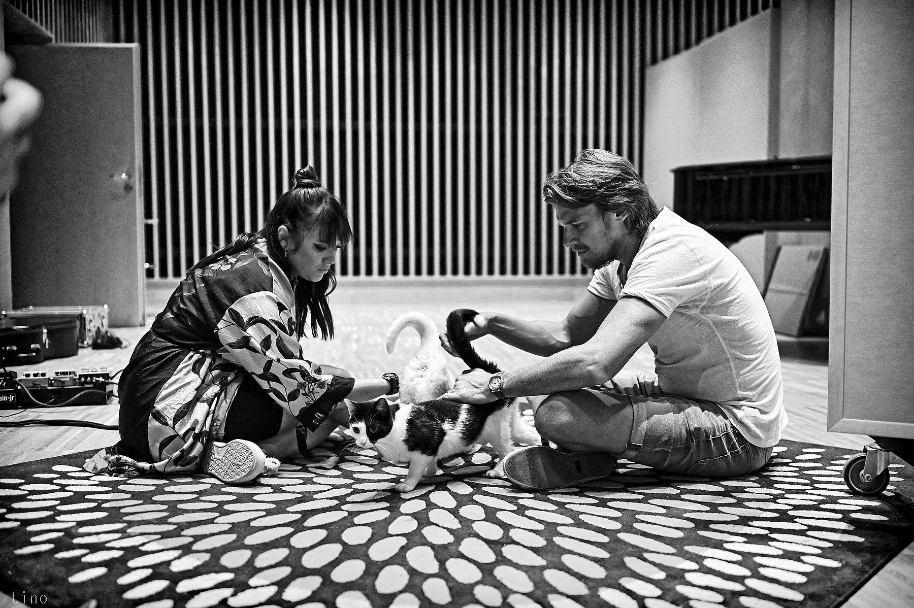 Vojtěch Dyk a Ewa Farna vydávajú prvú lastovičku z veľkolepého projektu Folk Swings. Pieseň KOČKY je súčasťou unikátneho albumu, ktorá vychádza 30. októbra